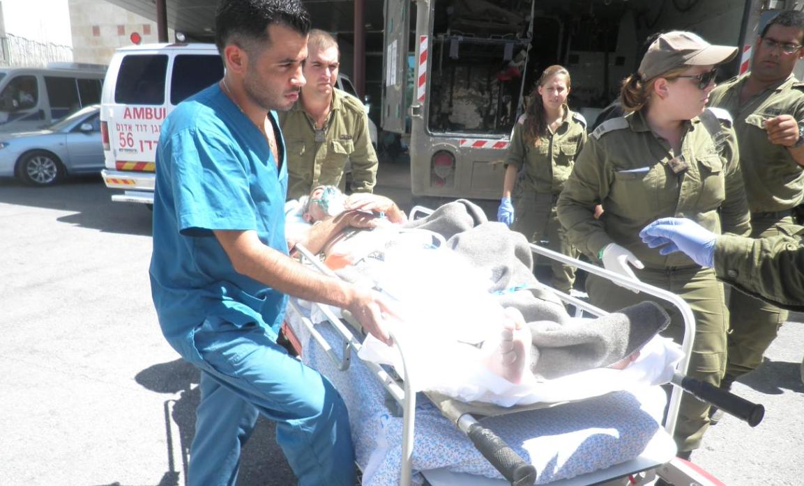 Ejercito de Defensa de Israel trasladando un herido sirio al Ziv Medical Center (1)
