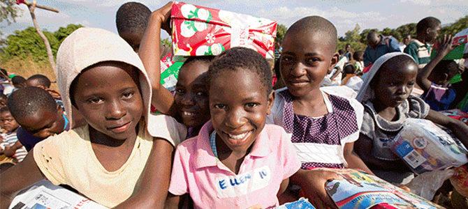 Envía Buenas Nuevas y Gran Gozo empacando una caja de regalo