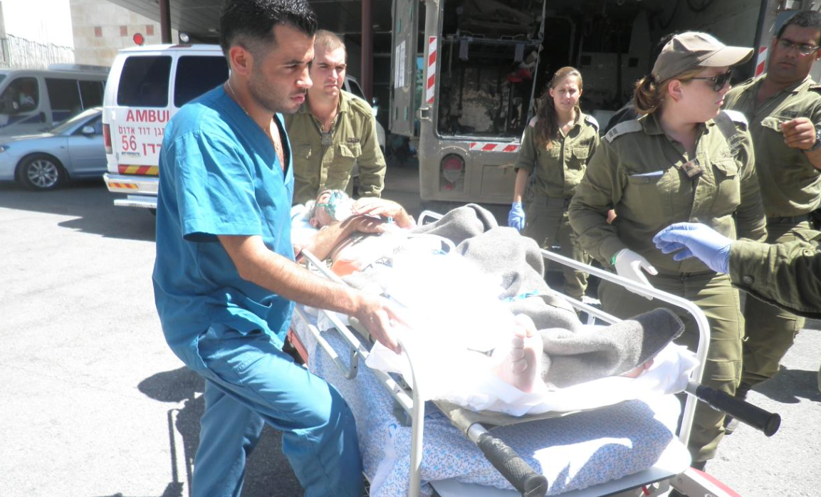 Ejercito de Defensa de Israel trasladando un herido sirio al Ziv Medical Center (1)