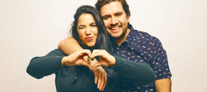 Santi y Laurita debutan en el mundo literario con su libro Casados y complicados